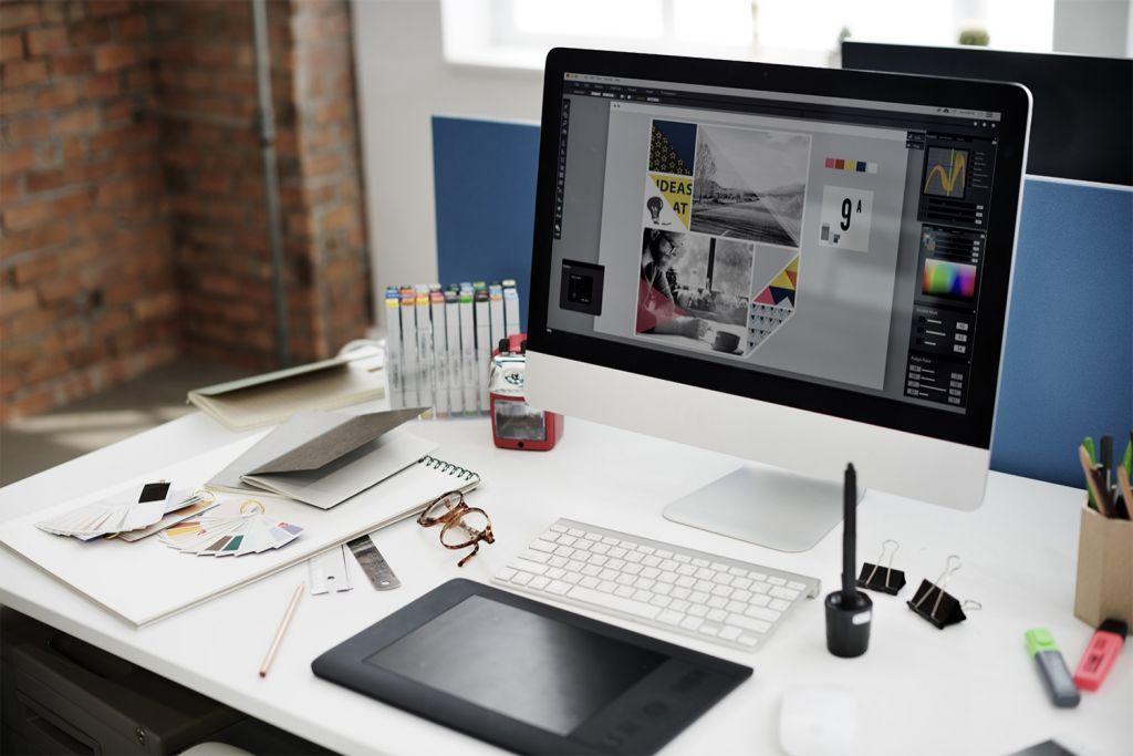 Le bureau d'un graphiste avec un ordinateur