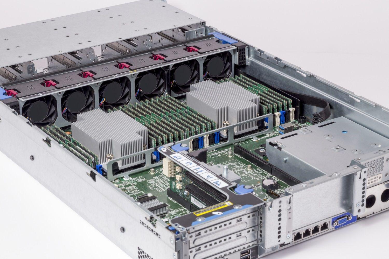 Modules de mémoire RAM Crucial installés dans un serveur
