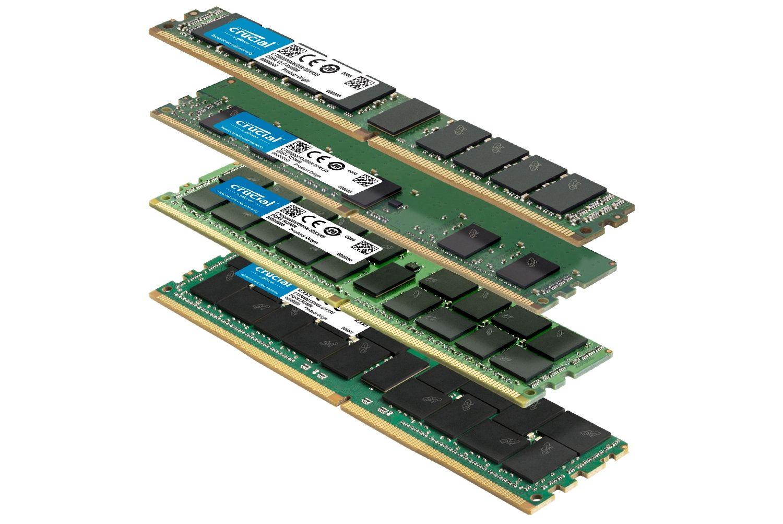 Une pile de différents modules de mémoire Crucial avec différents formats