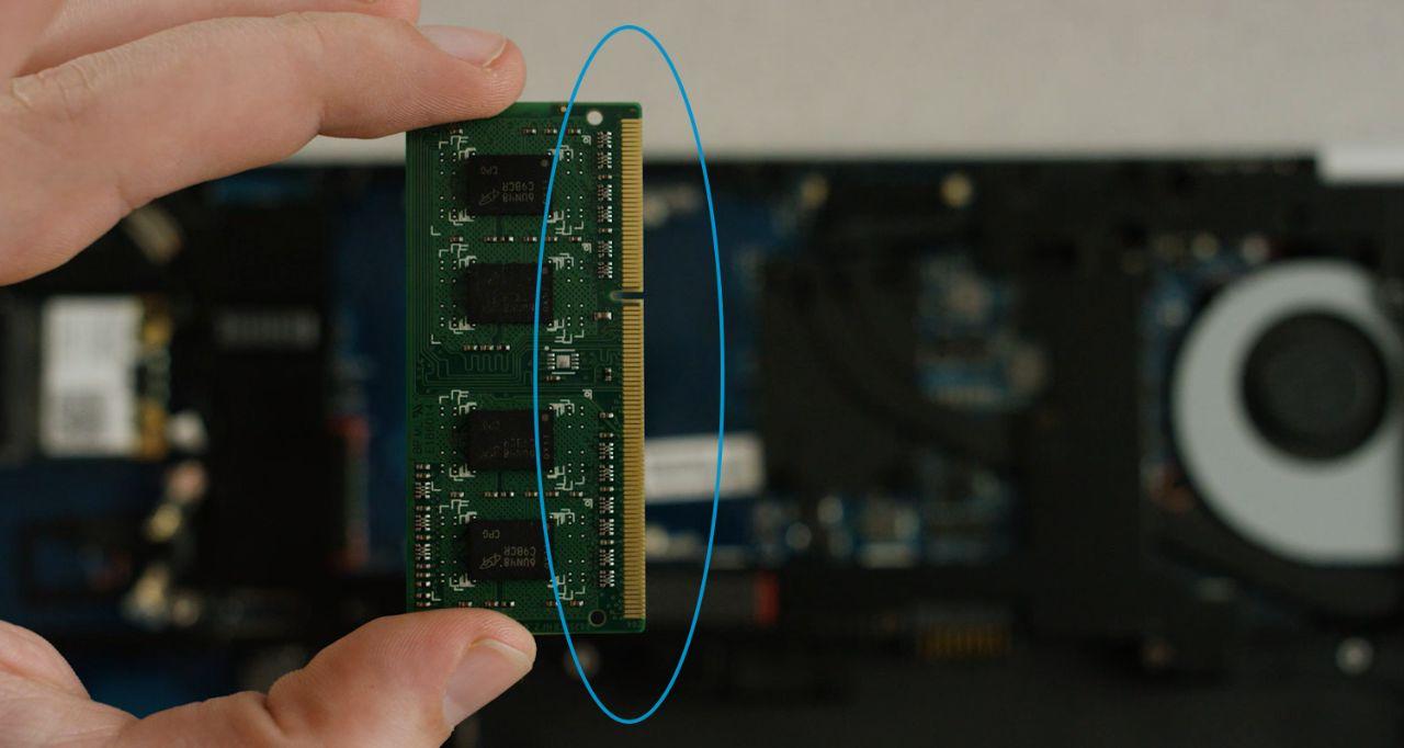 Les broches dorées ou les composants d'un module de mémoire à ne pas toucher lors de l'installation.