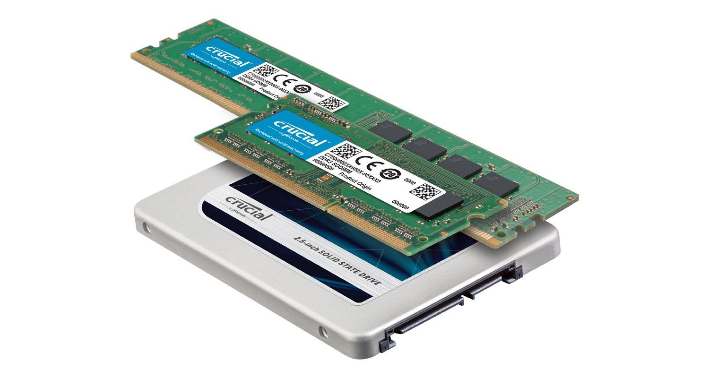 Un SSD et des modules de mémoire RAM Crucial