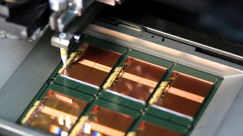 Fil d'or fin reliant les pattes de liaison des puces aux cadres lors du processus de fabrication de la mémoire