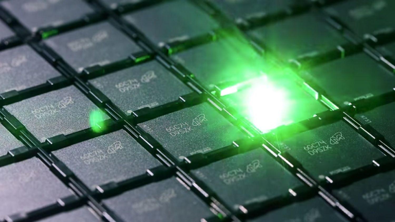 Un laser grave un numéro d'identification sur chaque puce de mémoire au cours du processus de fabrication