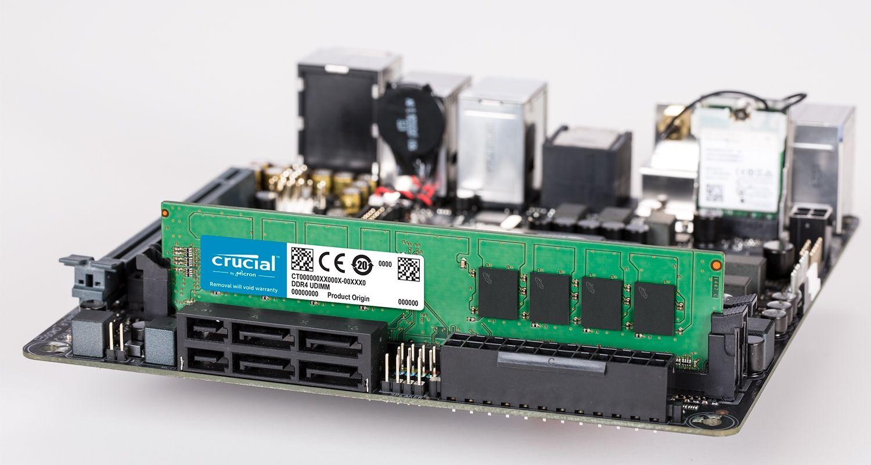 Un module de mémoire Crucial et une carte mère.