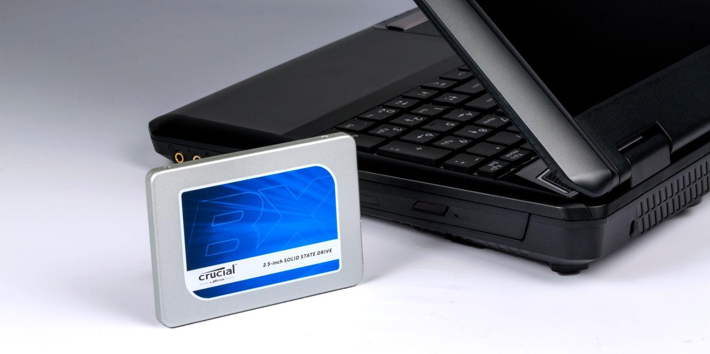 Un SSD Crucial et un ordinateur portable.