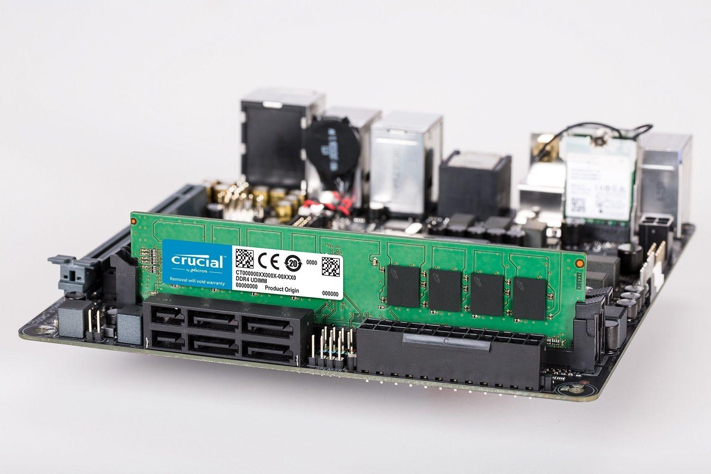 Un module de mémoire Crucial DDR4 UDIMM en place sur la carte mère d'un PC