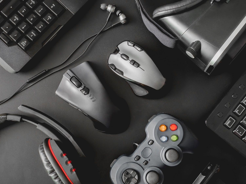 Les périphériques d'un PC gamer: une souris, un clavier, un casque gaming, une manette et un casque de VR