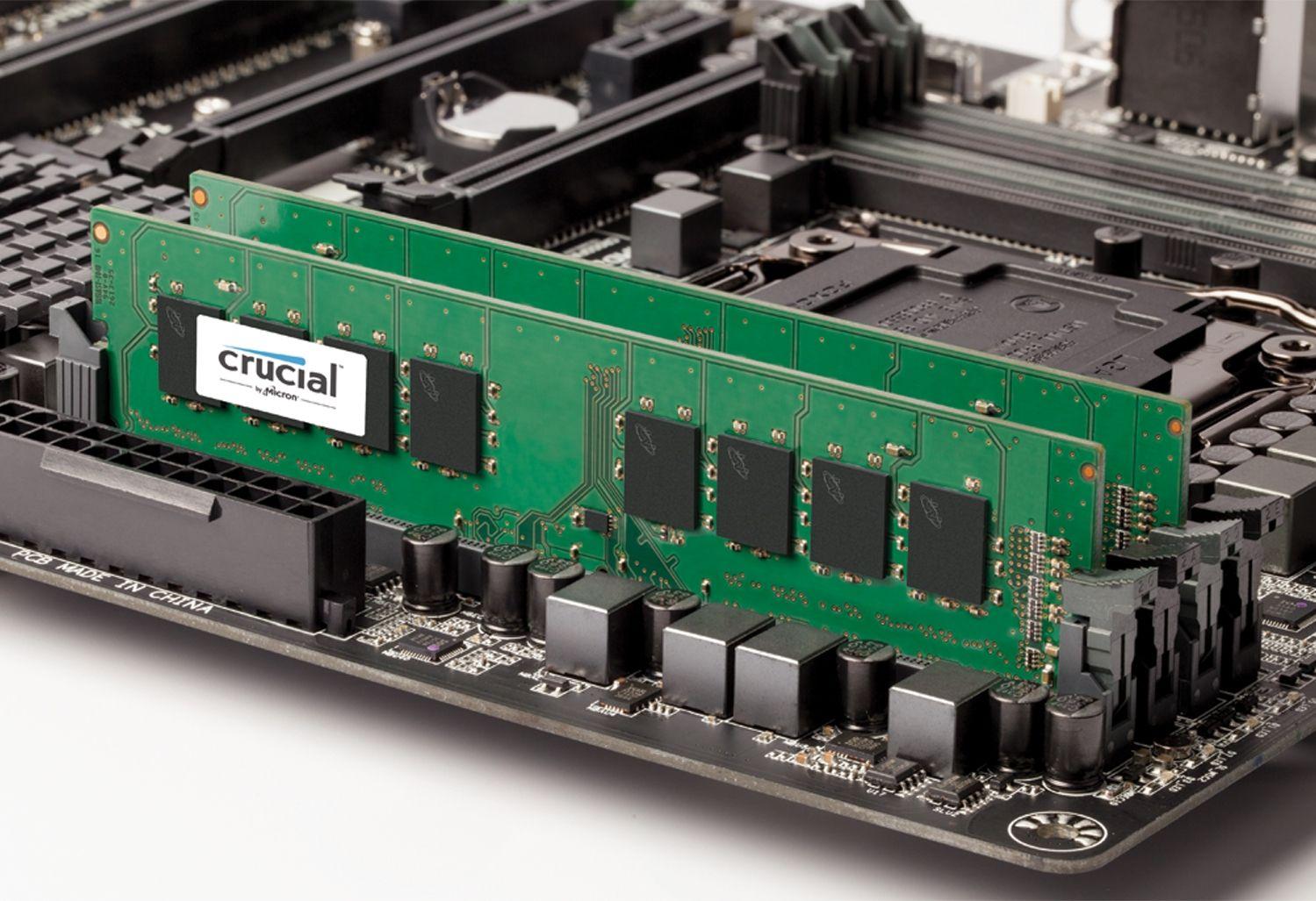 Un module de mémoire RAM Crucial sur une carte mère découverte pour montrer comment mettre à niveau la mémoire d'un ordinateur ancien