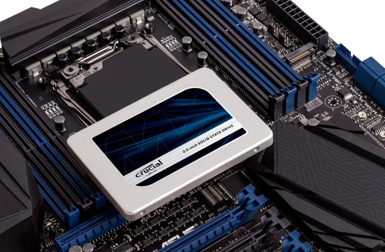 Un SSD Crucial sur une carte mère découverte montrant comment mettre son disque de stockage à niveau dans un ancien ordinateur