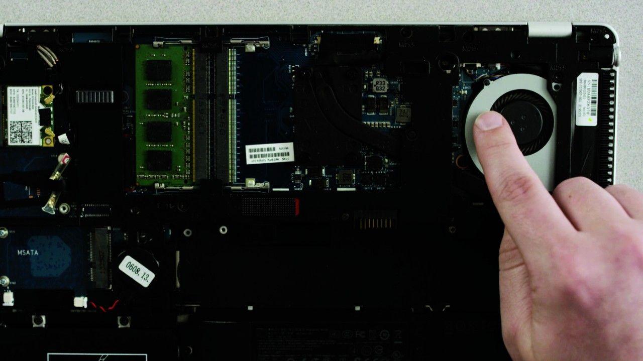 Personne touchant une surface métallique non peinte dans un ordinateur portable pour se décharger en électricité statique