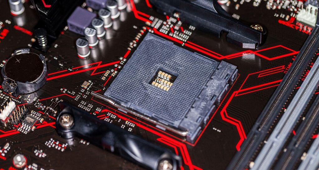 Gros plan d'un processeur et d'un ordinateur.