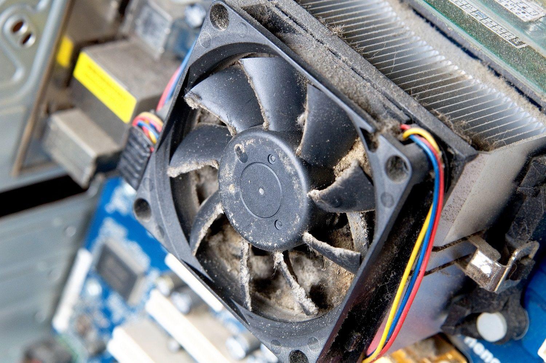 Un ventilateur d'ordinateur poussiéreux