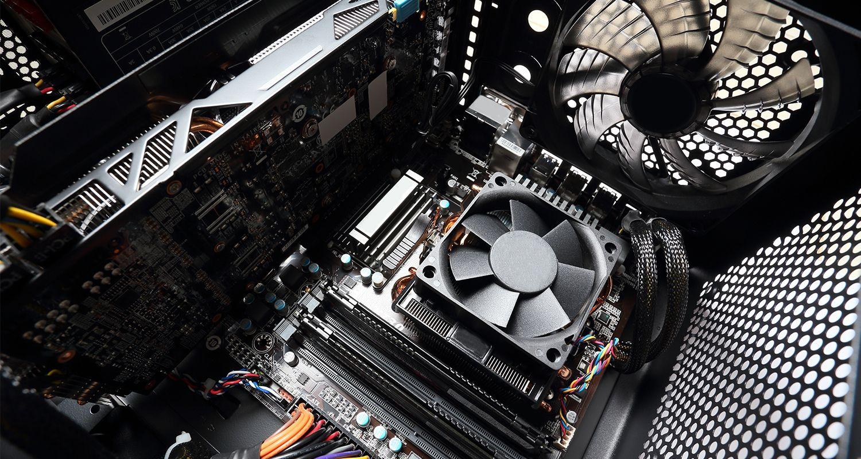 L'intérieur d'un ordinateur avec les ventilateurs.