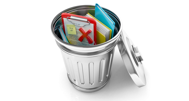 Une corbeille qui contient des documents et des fichiers jetés, représentant un utilisateur supprimant ses cookies et ses fichiers Internet temporaires